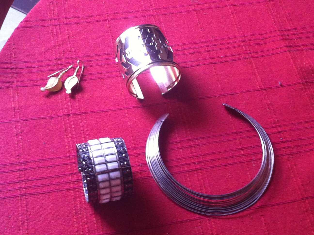 Closer look at the accessories: Leaf Ear-rings- Silver Creations Gold Cuff- Promod White Cuff- Reve' Fashions Metallic Collar- Khan Market. Delhi