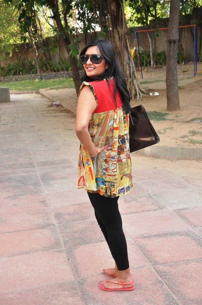 The shrug at a closer look Black tights: Old Navy Egyptian print shrug: Tattavam Neck piece in gorgeous pink: Tattavam Bag: Charles and Keith Sunnies: Tommy Hilfiger Footwear: Picked up from a pharmacy store in Spore for less than SGD 10