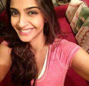 Sonam Kapoor supporting Ogaan Cancer Foundations PinkSelfie by wearing Pink copy 300x290 - Tips for The Perfect Selfie!